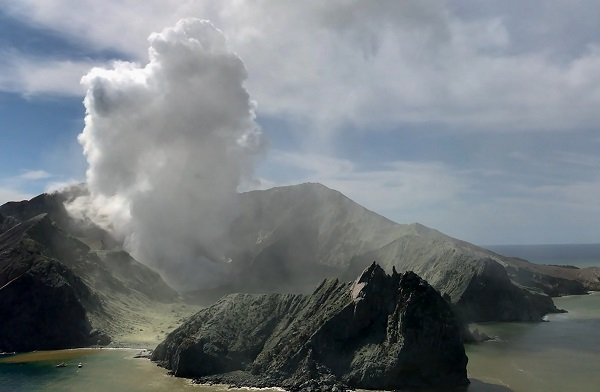NZ White Island recovery operation continues, 2 missing